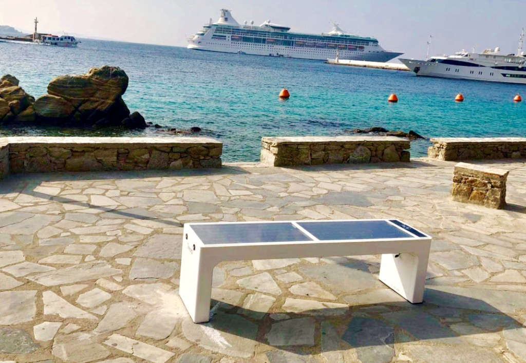 Στην υπηρεσία του πολίτη τα έξυπνα ηλιακά παγκάκια που τοποθετήθηκαν σε έξι σημεία της Μυκόνου