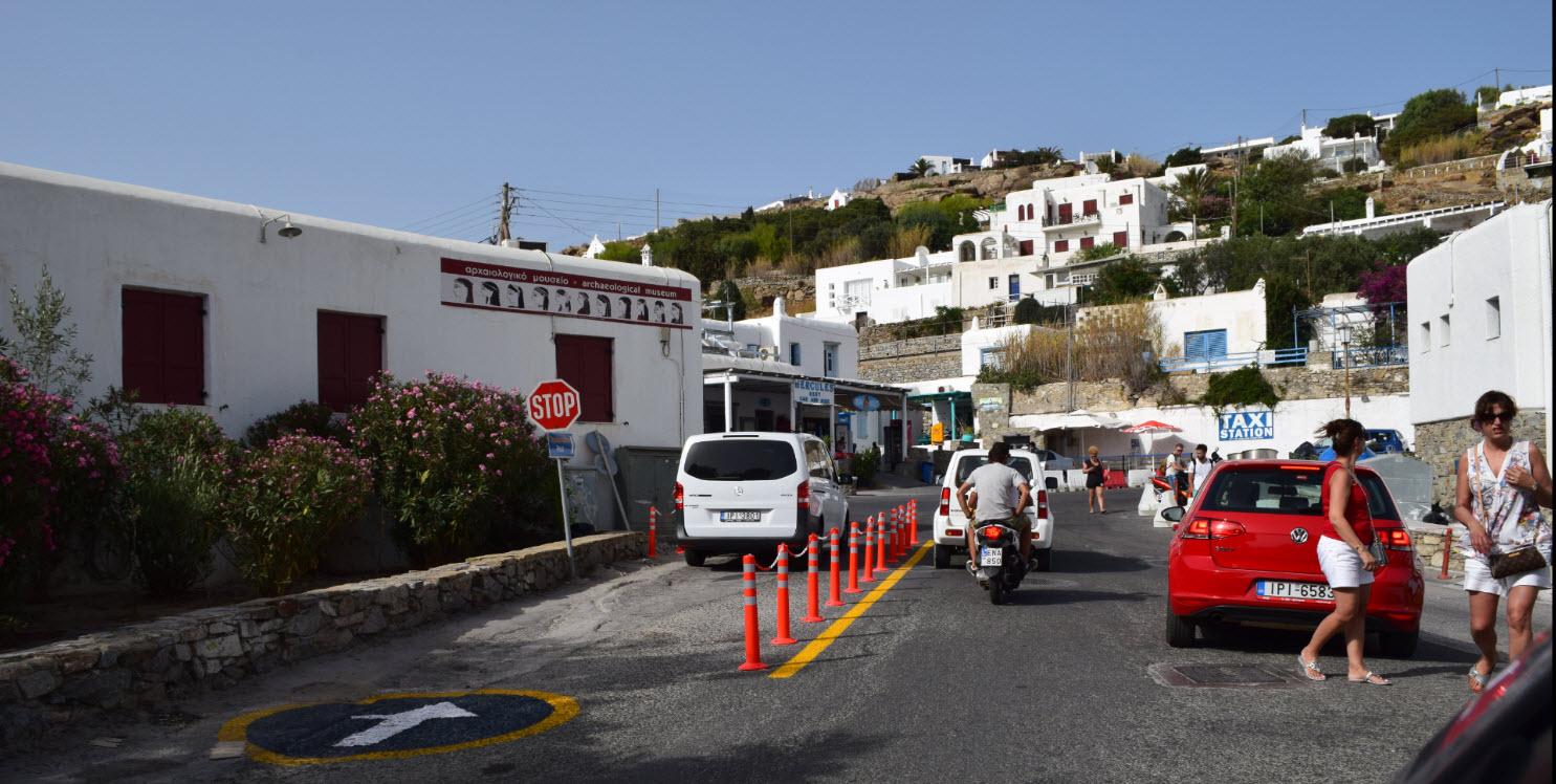 Σε μάστιγα εξελίσσεται η άγρα πελατών και η υποκλοπή μεταφορικού μέσου στο νησί