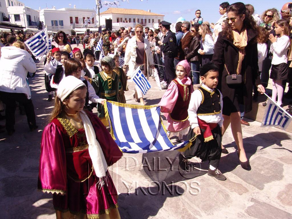 Δείτε καρέ - καρέ την κατάθεση στεφάνων και την μαθητική παρέλαση της 25ης Μαρτίου στην χώρα