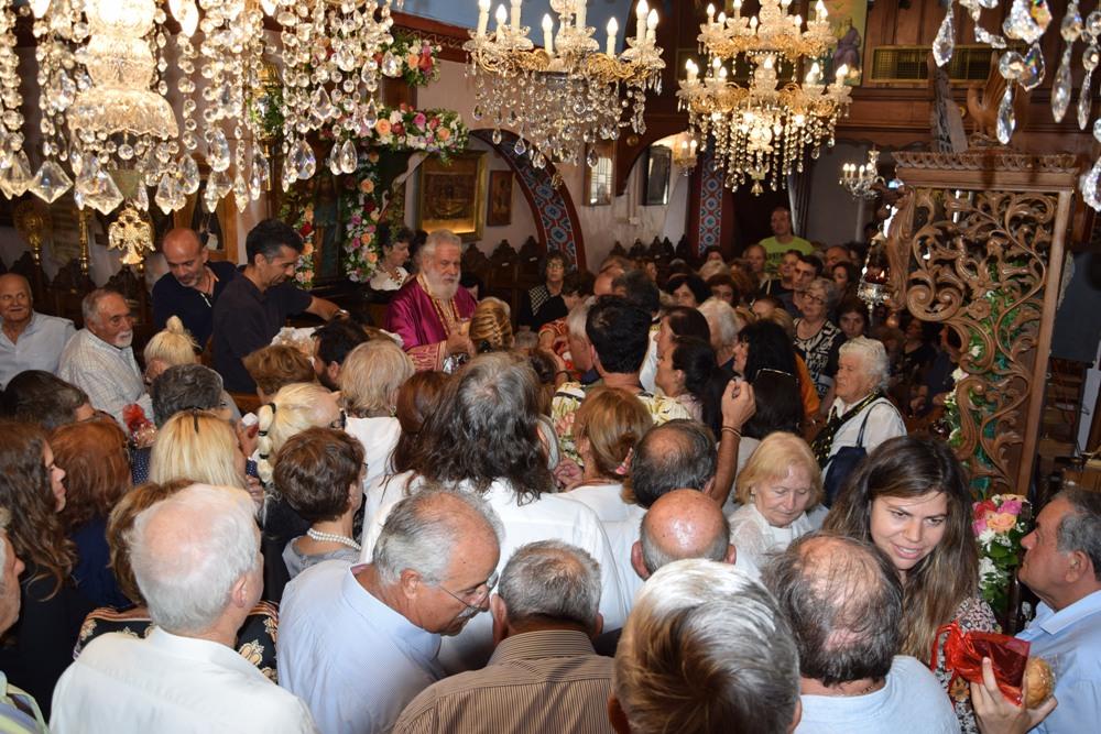 Πλήθος λαού κατέκλυσε τον Ιερό Ναό της Αγίας Κυριακής στη Χώρα Μυκόνου