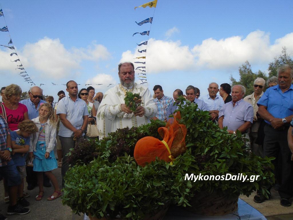 (φωτογραφίες) Εορτασμός του Τιμίου Σταυρού στο ομώνυμο παρεκκλήσι στο Βέλανο Μυκόνου