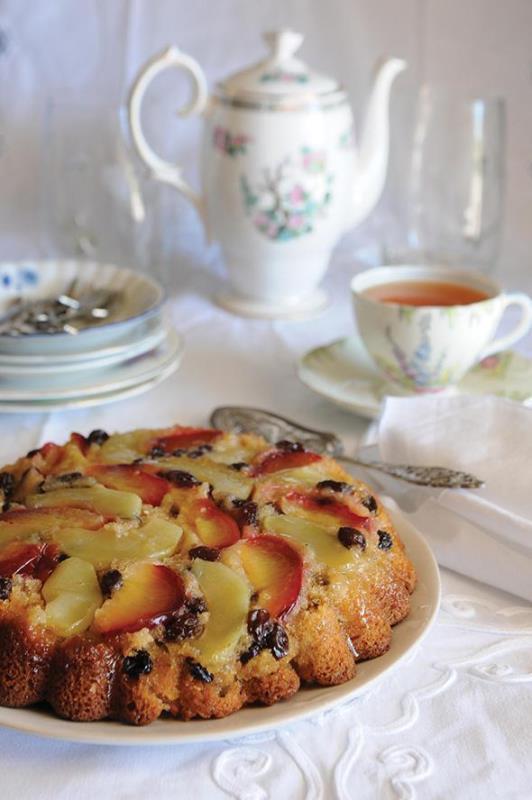 «Ανάποδο» κέικ με δαμάσκηνα, σταφίδες και μήλα!