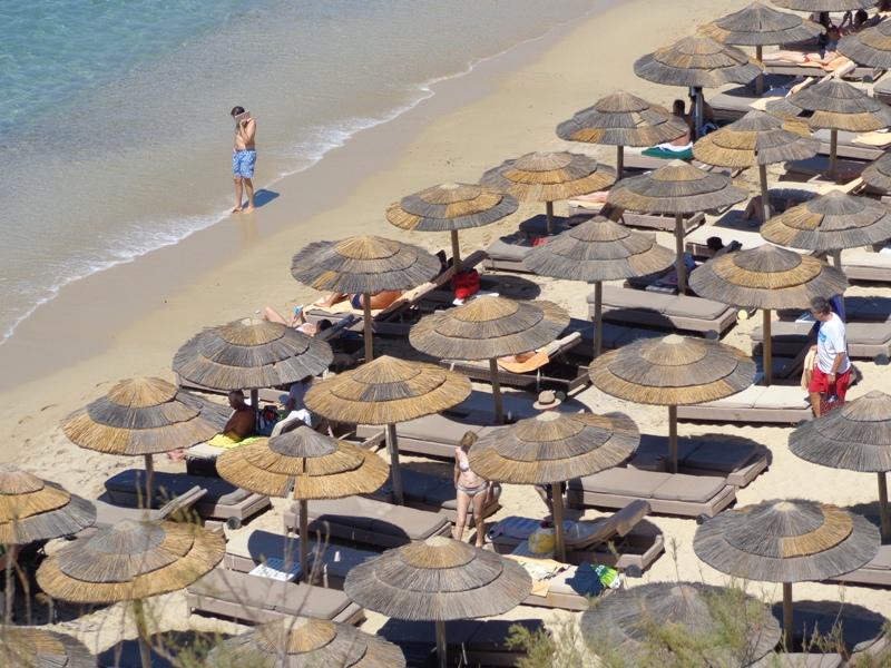 Επτά συλλήψεις για παράνομη εκμίσθωση ομπρελών σε παραλίες