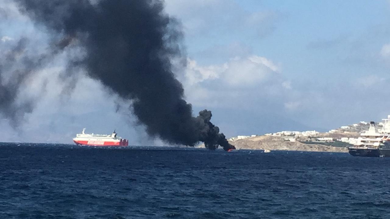 Βούλιαξε η θαλαμηγός που πήρε φωτιά έξω από το λιμάνι της Μυκόνου