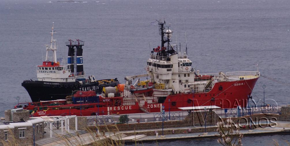 Οι ισχυροί άνεμοι δυσκολεύουν την επιχείρηση απάντλησης καυσίμων από το μισοβυθιμένο τούρκικο πλοίο
