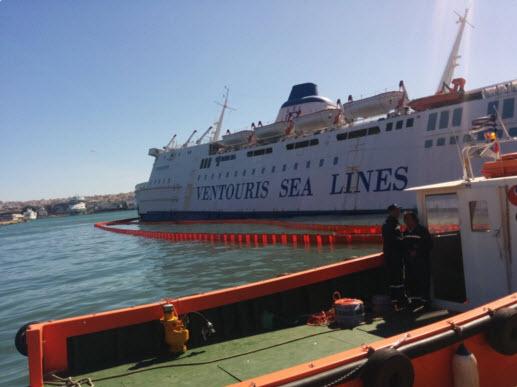 Βυθίζεται στο λιμάνι του Πειραιά το