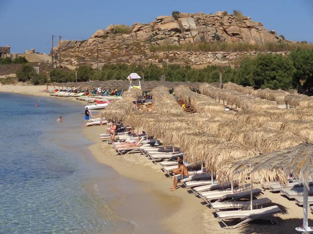Μύκονος: Συλλήψεις για παράνομη τοποθέτηση ομπρελών σε παραλία