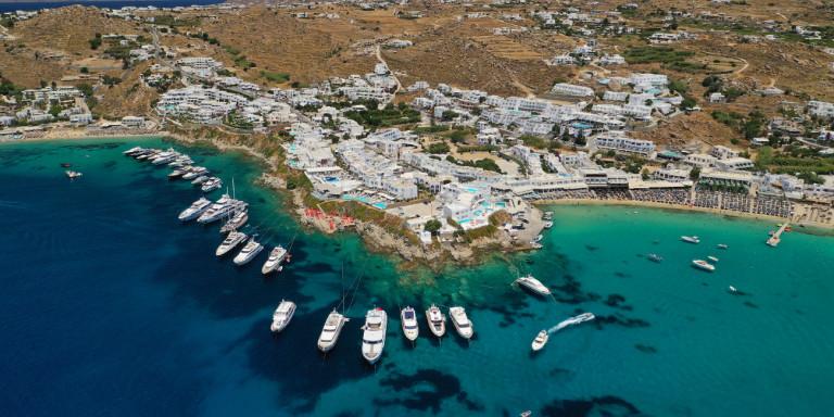 Guardian: Πώς η Μύκονος έγινε το νησί που παρτάρουν οι κροίσοι -Ενας παράδεισος παράλογου πλούτου