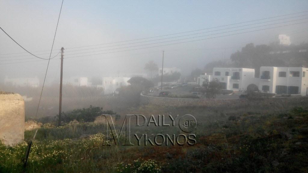 Τοπίο στην ομίχλη το πρωί η Μύκονος
