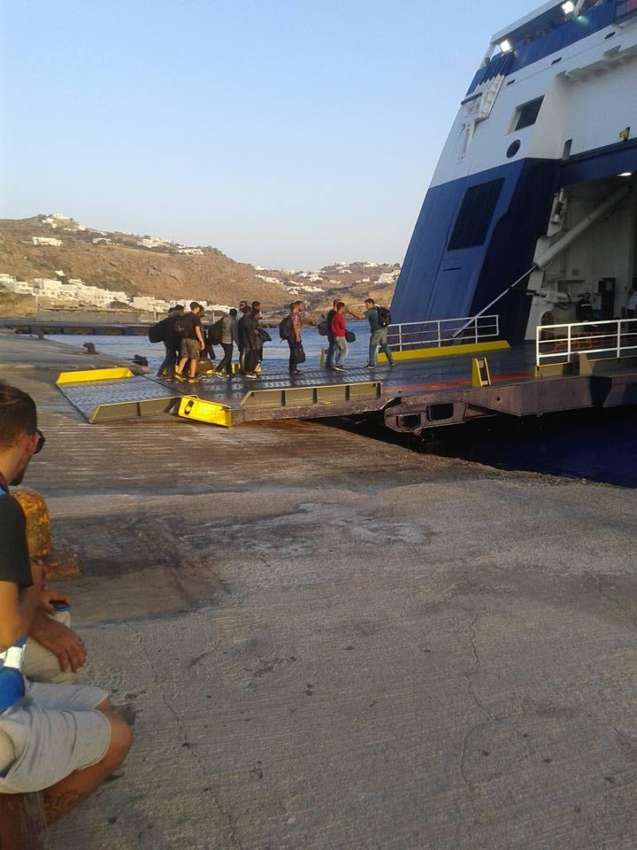Μύκονος: Έφυγαν από το νησί οι πρώτοι μετανάστες που εντοπίστηκαν χθες στη Φραγκιά