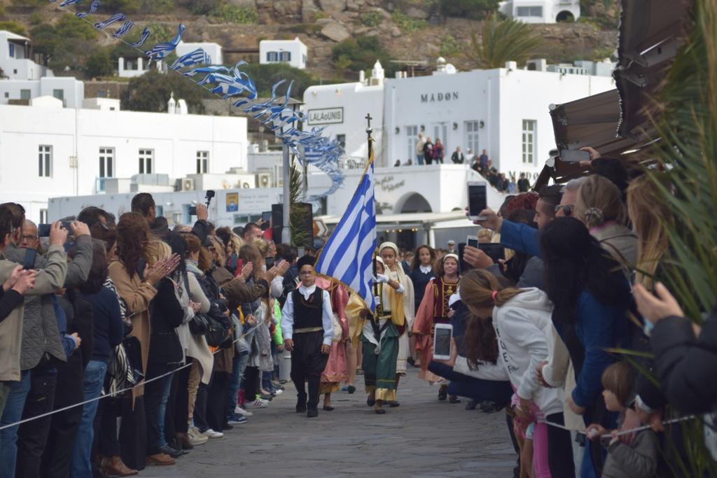 Μύκονος: Στιγμές από την κατάθεση στεφάνων και τη μαθητική παρέλαση για την 28η Οκτωβρίου στην Χώρα - ΦΩΤΟ