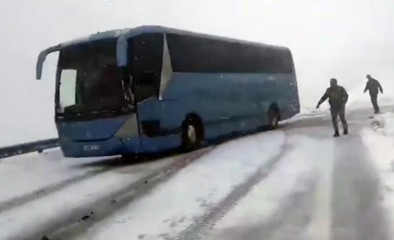 Εγκλωβίστηκε λεωφορείο με μαθητές από τη Μύκονο