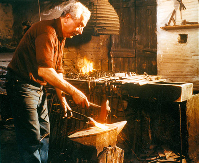 """Παρουσίαση βιβλίου «Τα """"γύφτικα"""" της Οξωμεριάς Τήνου. Σιδηρουργεία και σιδηρουργοί στο 19ο και 20ό αιώνα»"""