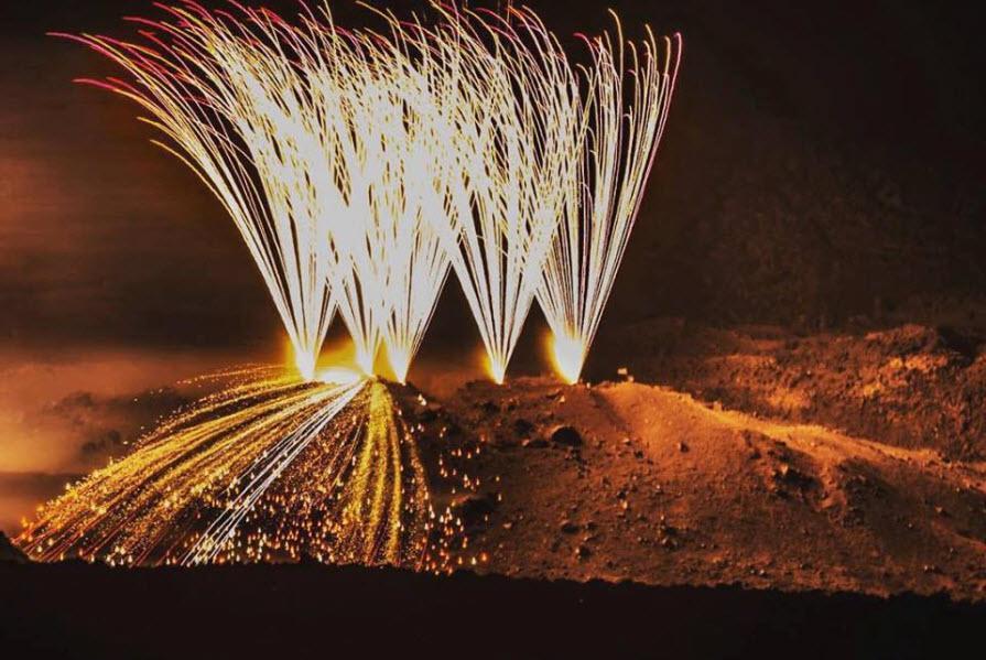 Εικονική έκρηξη του ηφαιστείου της Σαντορίνης κάτω από τα βλέμματα χιλιάδων τουριστών