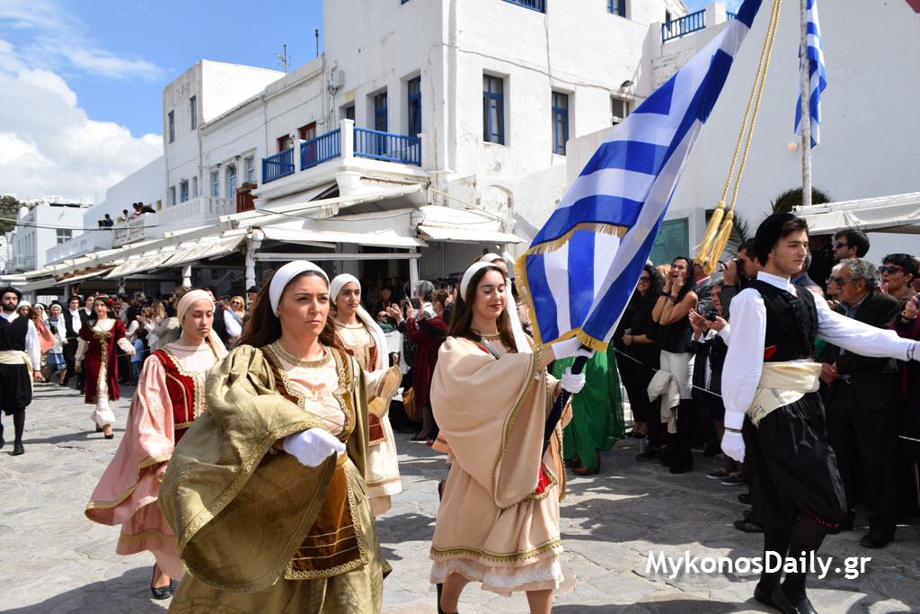 (ΦΩΤΟΓΡΑΦΙΕΣ) Στιγμές από τις εορταστικές εκδηλώσεις της 25ης Μαρτίου στην Χώρα Μυκόνου