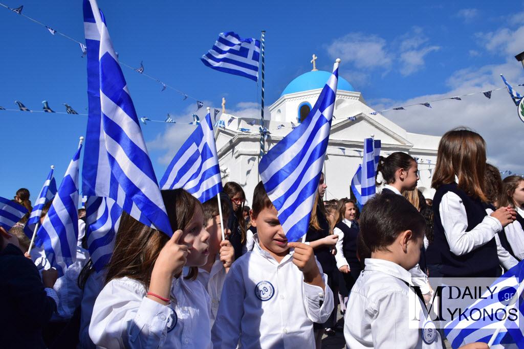 (Επικαιροποιημένο) Καρέ - καρέ η παρέλαση για την 28η Οκτωβρίου - 104 φωτογραφίες από όλες τις εκδηλώσεις στην πόλη της Μυκόνου