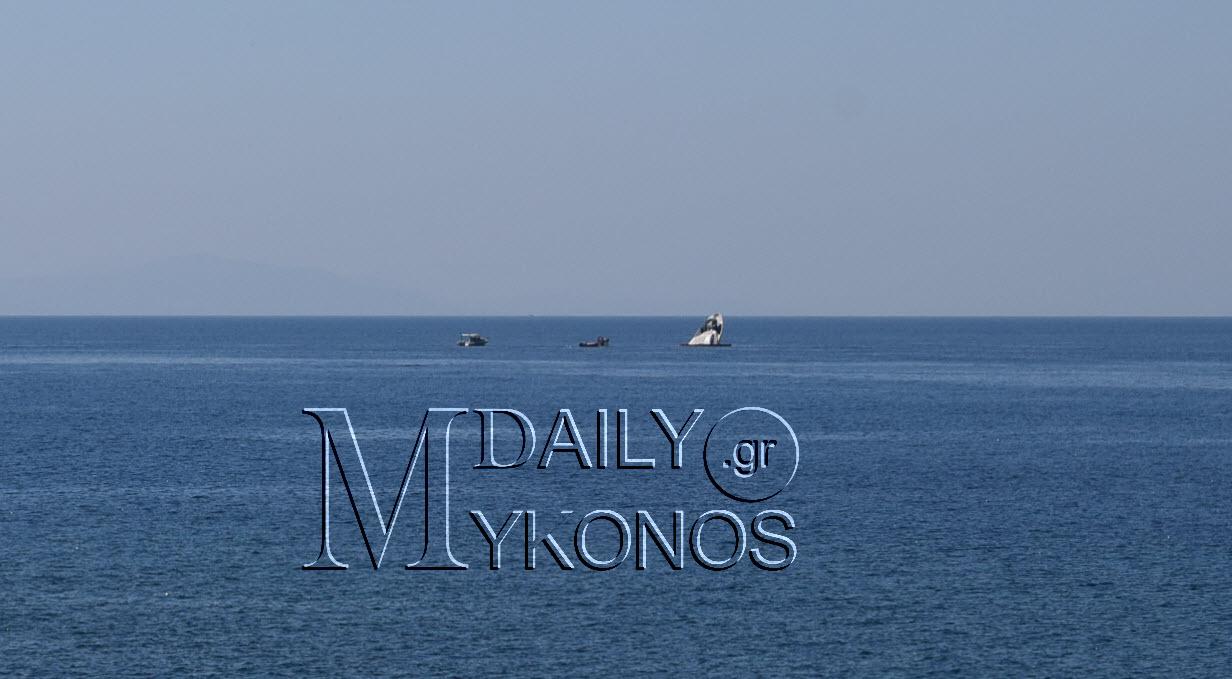 (φωτογραφίες) Σε εξέλιξη αντιρρυπαντική επιχείρηση από τη βύθιση της θαλαμηγού