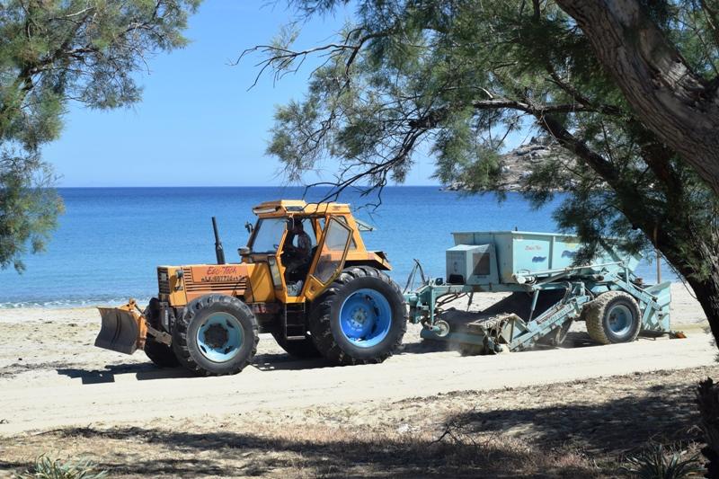 Ολοκληρώνεται ο καθαρισμός των παραλιών από τον Δήμο Μυκόνου
