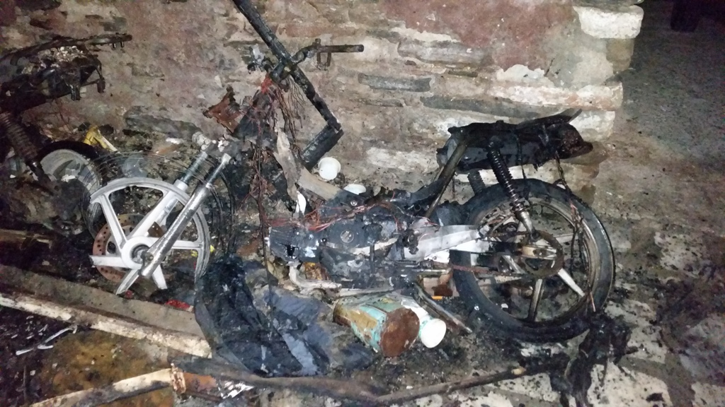 (φωτος) Φωτιά τα ξημερώματα σε σπίτι και μοτοποδήλατα στη Σύρο
