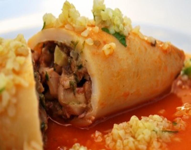 Αμοργιανή Συνταγή: Καλαμάρια γεμιστά στον φούρνο με ρακόμελο