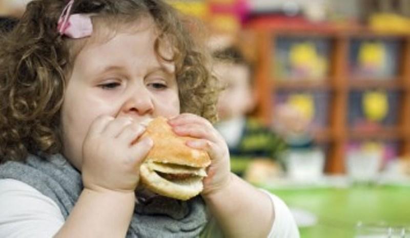 Παχύσαρκα τα παιδιά των αυστηρών γονιών