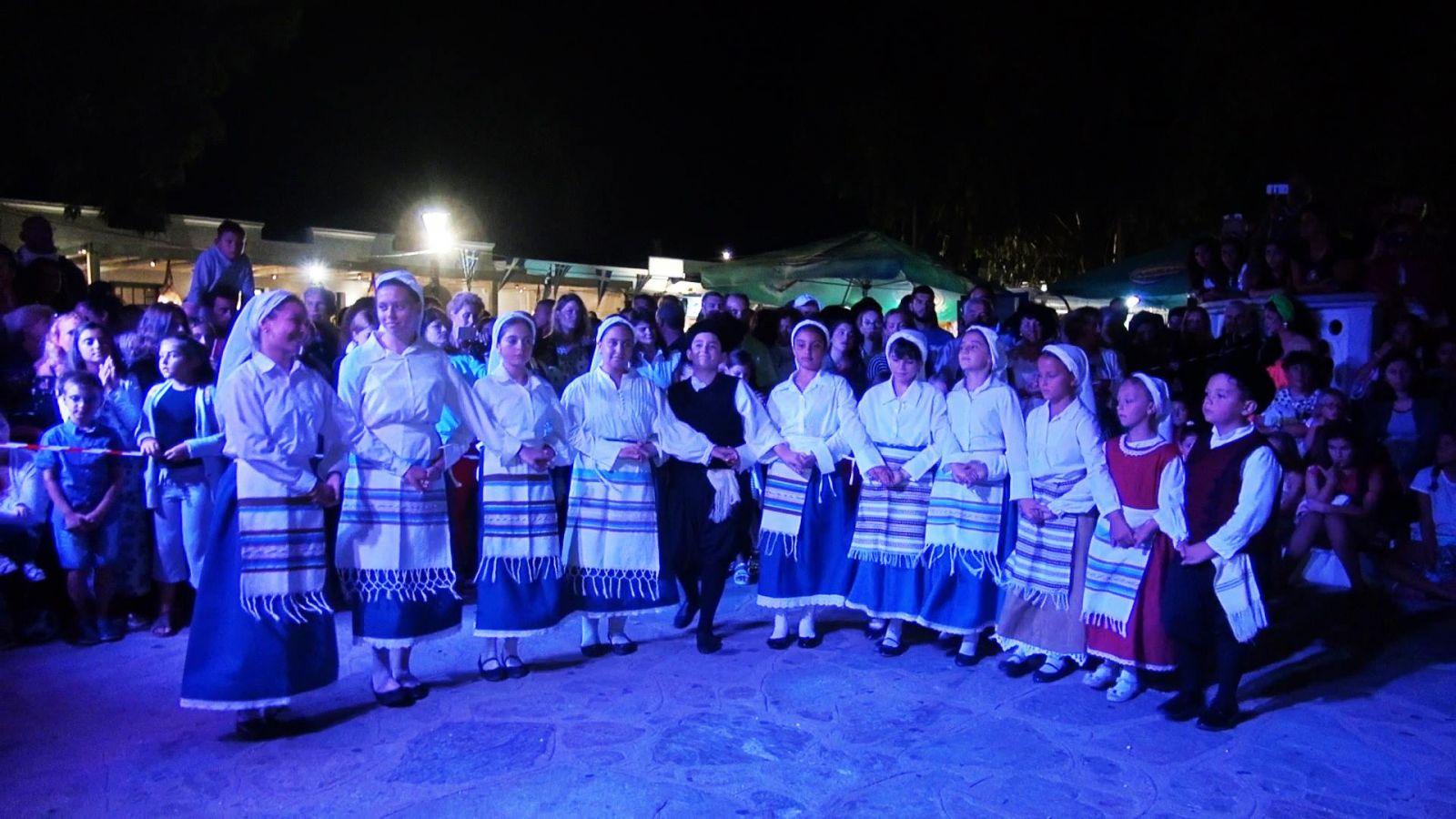«Απάνω στο χορό... γινόμαστε όλοι ΕΝΑ» από τη χορευτική ομάδα «Μαντώ»