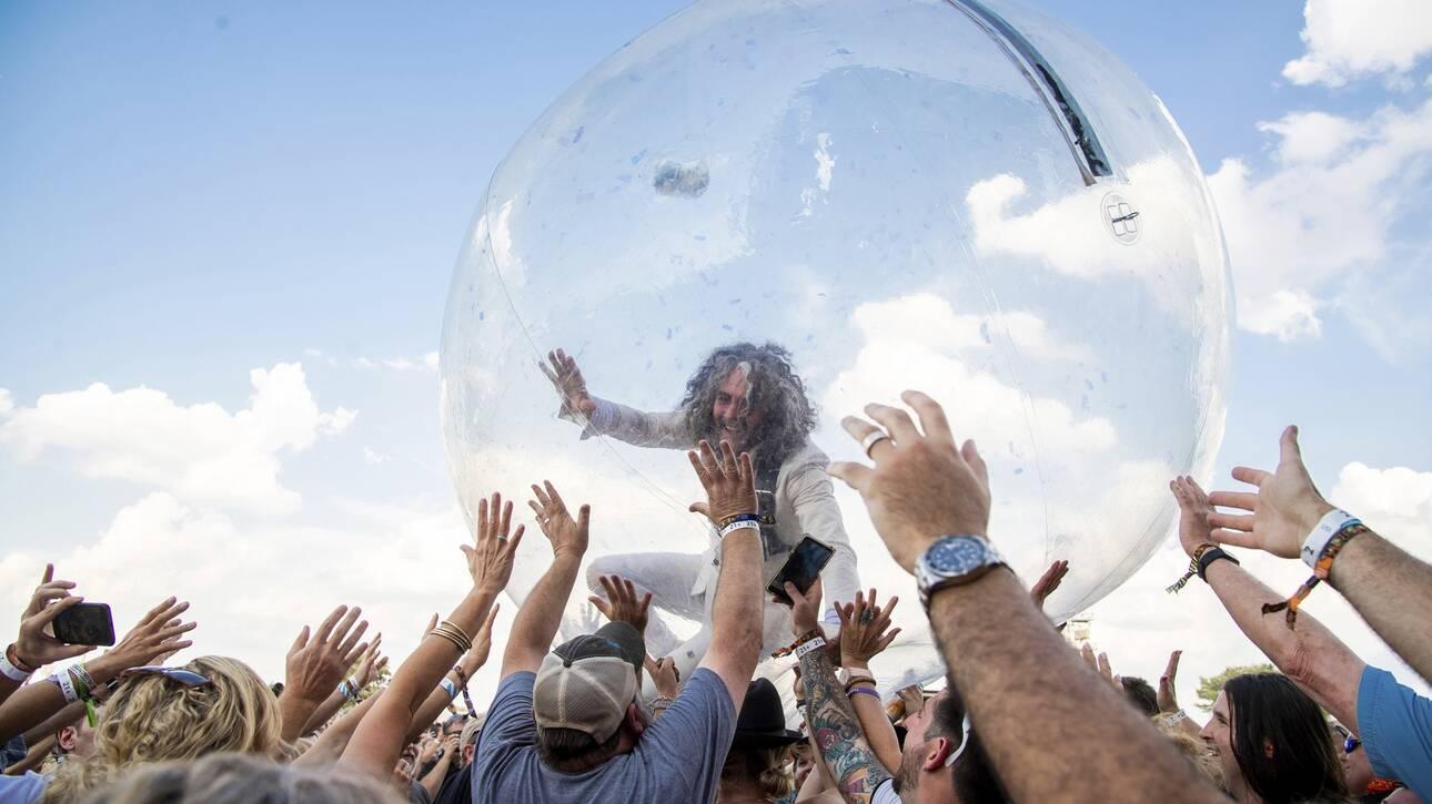 Συναυλία εν μέσω κορωνοϊού: Κοινό και συγκροτημα μέσα σε πλαστικές φούσκες (vid)