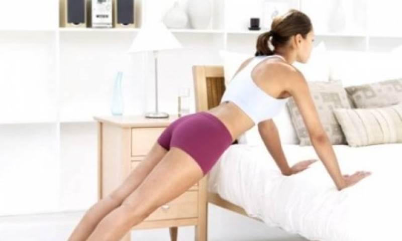 Γυμναστική στο σπίτι: 3 ασκήσεις που θα σε κρατήσουν... μέσα