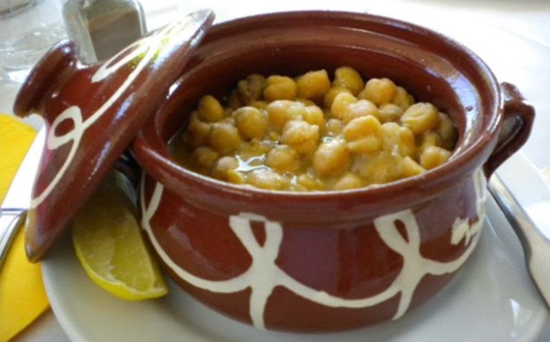 Αρωματικό αρνάκι στην κατσαρόλα με λαχανικά και γραβιέρα