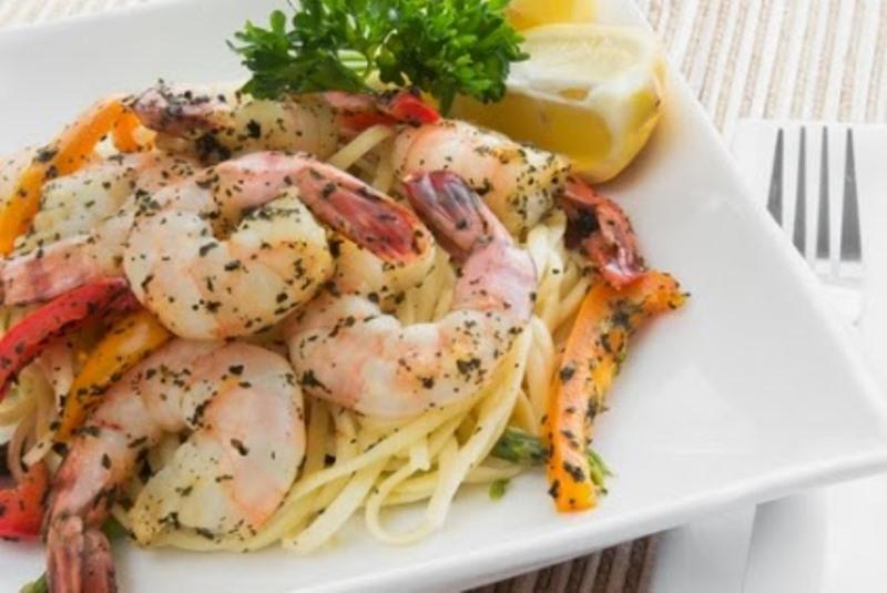 Η συνταγή της ημέρας: Λιγκουίνι με γαρίδες, σκόρδο, βασιλικό και παρμεζάνα