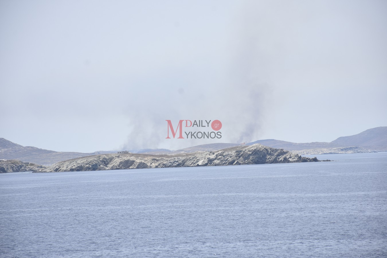 Σε εξέλιξη η πυρκαγιά στη Ρήνεια - Εικόνες από τα διάσπαρτα μέτωπα