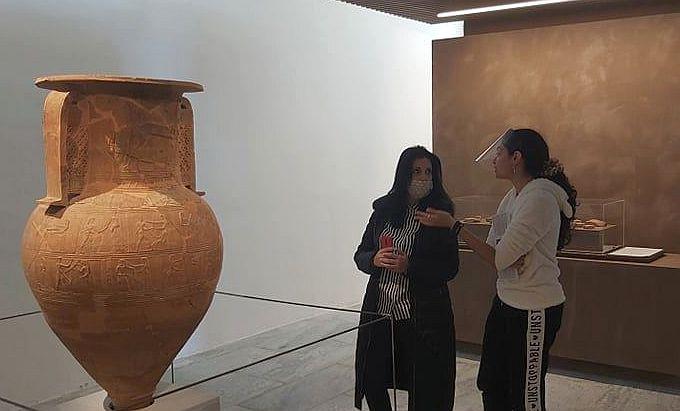 Την περιοδική έκθεση που φιλοξενείται στο Αρχαιολογικό Μουσείο Μυκόνου επισκέφθηκε Εντεταλμένη Πολιτισμού Ελένη Κοντιζά