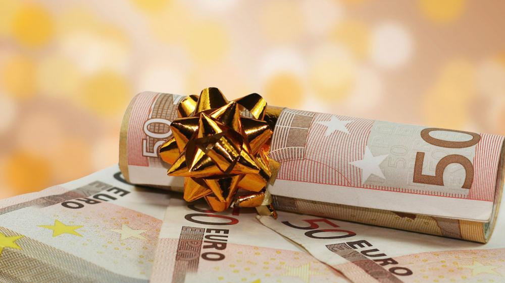 Γιορτινός «μποναμάς»: Ποιοι θα μοιραστούν το κονδύλι των 2 δισ. ευρώ που ετοιμάζει η κυβέρνηση