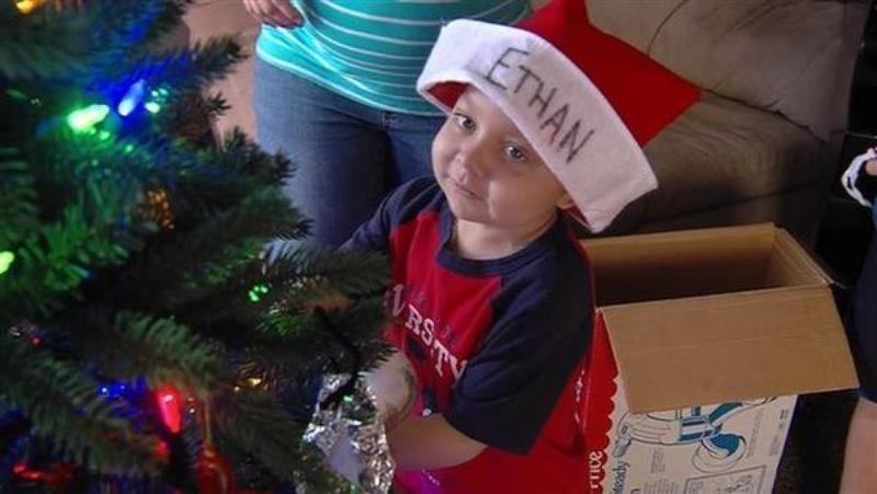 Μια πόλη γιορτάζει από τώρα τα Χριστούγεννα για έναν 4χρονο που έχει λίγες μέρες ζωής