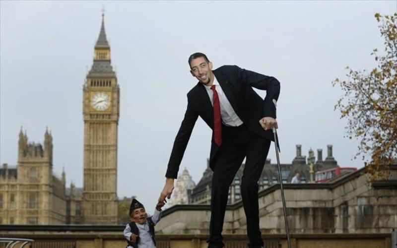 Ο ψηλότερος και ο κοντύτερος άνδρας στον κόσμο συναντήθηκαν στο Λονδίνο