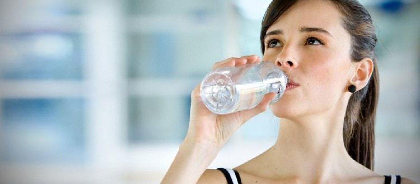Δείτε γιατί πρέπει να πίνετε νερό με το που σηκώνεστε από το κρεβάτι το πρωί