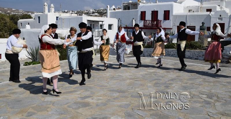 Μαθήματα παραδοσιακών χορών από την Χορευτική Ομάδα