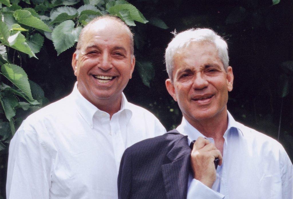 Οι δισεκατομμυριούχοι David και Simon Reuben επενδύoυν στη Μύκονο