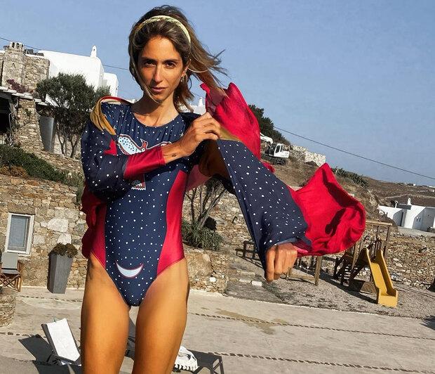 Σοφία Καρβέλα: Μαυρισμένη και ανανεωμένη στις παραλίες της Μυκόνου