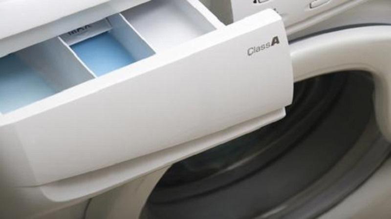 Καθαρίζω τη μούχλα από το συρτάρι απορρυπαντικού του πλυντηρίου