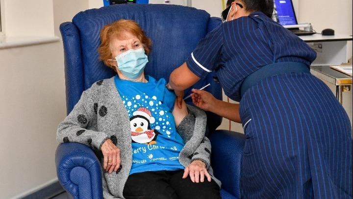 Βρετανία: Μια 90χρονη ο πρώτος άνθρωπος στον κόσμο που έκανε το εμβόλιο της Pfizer