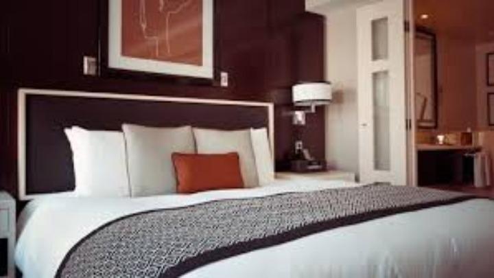 Η Airbnb συνεργάζεται με τον ΕΟΔΥ και προσφέρει δωρεάν ή επιδοτούμενη στέγαση σε επαγγελματίες υγείας