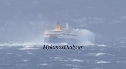 VIDEO-Χορεύοντας με τα... κύματα! To Blue Star Paros σήμερα στο στενό του Τσικνιά!!
