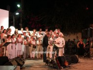 (φωτο) Γεράσιμος Ανδρεάτος και Χορωδία Μυκόνου ένωσαν τις φωνές τους για την πανσέληνο